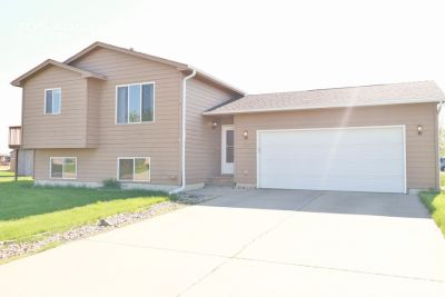 Perfect 3 bedroom home with a fenced yard just minutes from Sioux Falls.