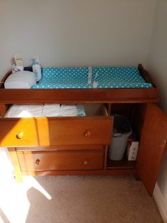 Changing table with accessories