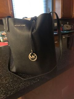 Brand new Michael Kors tote bag with wristlet sewed inside bag brand new no flaws, no problems with zippers excellent condition