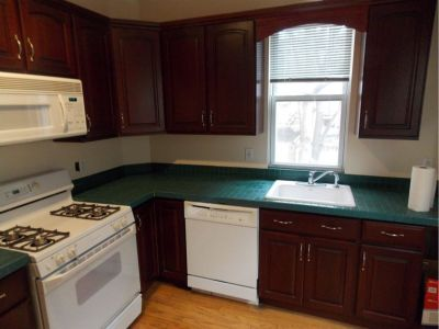 Spacious Bi-level 2BR/1.5BA Prime Location W/D Huge living room South Street