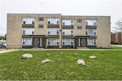 2 bedrooms Apartment - This 12 unit building in Riverdale features Parking Eat-in kitchen.