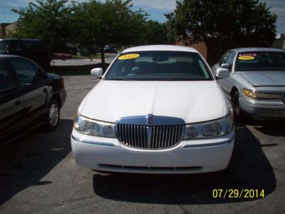 2002 Lincoln Town Car Executive (White)