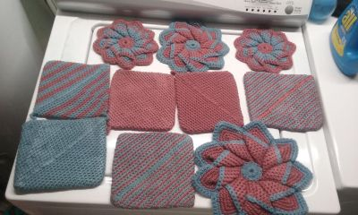 Pretty 10-piece crocheted pot holders and hot pads