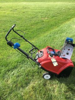 TORO 221QE SNOWBLOWER BLUE CHUTE KNOB WITH ELECTRIC OR PULL START AND RUNS VERY GOOD.