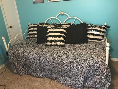 White iron twin size daybed, EUC. Comes with mattress, does not include bedding.