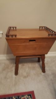 VINTAGE EARLY AMERICAN COLONIAL MAPLE END/SIDE TABLE