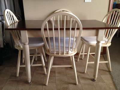 Country Farmhouse Table and Chairs. EUC