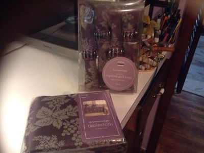 Gorgeous Martha Stewart round table cloth and set of 4 napkins and rings - new