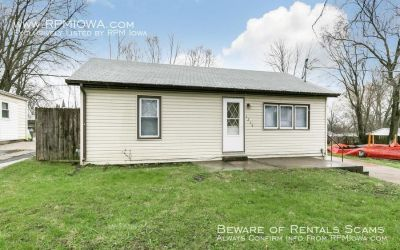 HUGE GARAGE!! 2 Bedroom Home in Des Moines