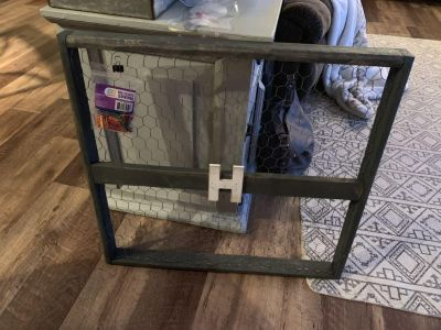 Wire/wood picture hanging frame