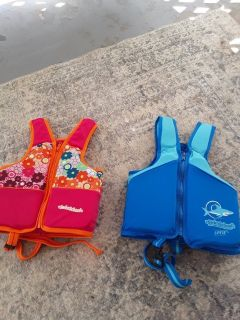 2 life vests size small for baby