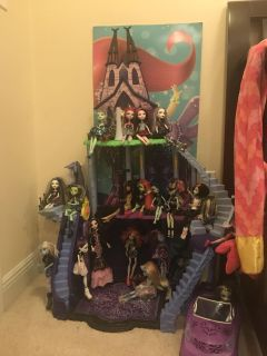 Monster high house with tons of monster high dolls and vehicle flash sale