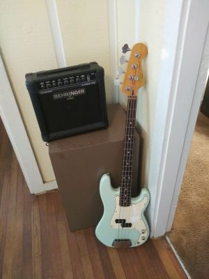 Squire bass gituar with Behinger amp
