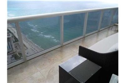 BEAUTIFUL UNIT IN FABULOUS BEACH CLUB HALLANDALE. Washer/Dryer Hookups!