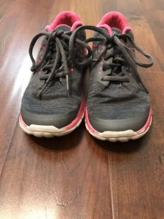 Girls size to gray and pink tennis shoes