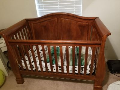 Full crib w/ 2 extra pairs of sheets
