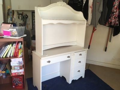 White Dresser/Desk wirth Hutch like new
