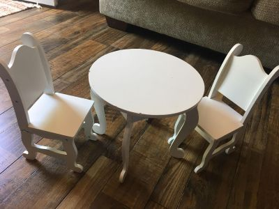Doll table/chairs