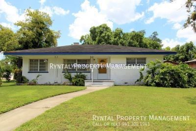 Spacious 2 Bedroom home - just blocks away from the Manatee River!!