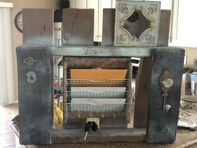 Mail and key entrance pallet shelf with mirror