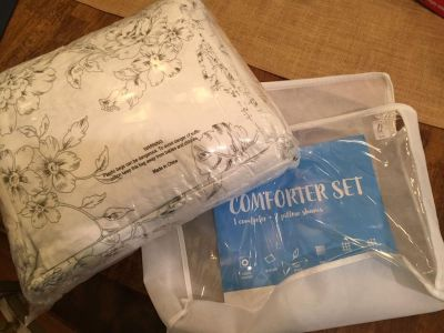New! Wake In Cloud Queen comforter and 2 shams $30