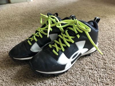Under Armour Size 4 Football Cleats, EUC, come with original box and extra laces/see pic 2, $17. Discount for porch pick up.