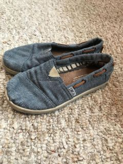 Toms chambray denim color youth 13