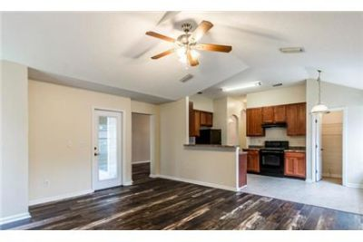 Meticulously maintained Oakleaf home. Washer/Dryer Hookups!
