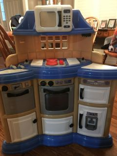 Small kitchen. Burners light up. And make noise. All doors open and are in good condition