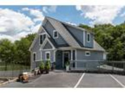Like new, lakefront cottage with gorgeous lak...