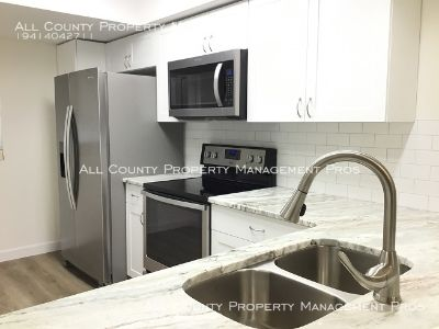 Renovated/End Unit/Lake View/Pet Friendly/Pool