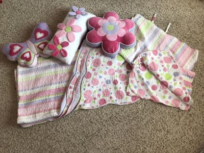 Full/queen reversible quilt with 2 shams and 3 decorative pillows!