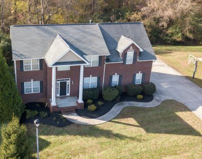 4 BR 3.5 BA with Amenities in North Knoxville, TN