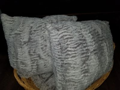 Like new cannon faux fur 2 throws and 4 pillows