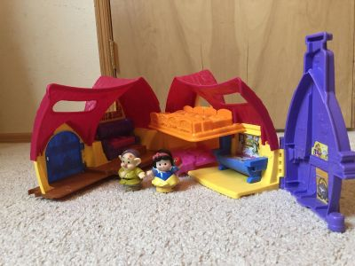 Snow White and Dopey playset