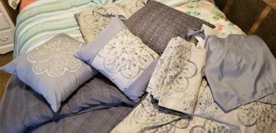Queen bedding- like new