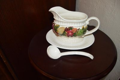 GRAVY BOAT WITH UNDERPLATE & LADLE