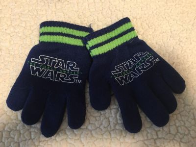 Boys Star Wars gloves guc would fit a 4-6 year old