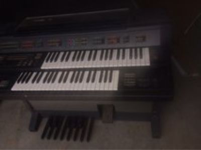 Yamaha organ, works but needs to be cleaned. the volume knob needs to be replace
