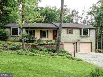 35 Timber Ln New Cumberland Three BR, Raised Ranch in a wooded