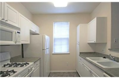 1 bedroom Apartment in Quiet Building - Lake Forest. 2 Car Garage!