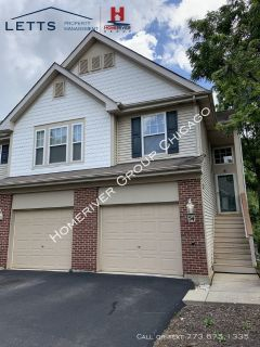 Spacious 2 bed 2 and a Half Bath Streamwood Townhome