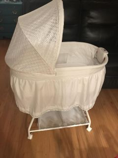 Delta bassinet with light and music like new