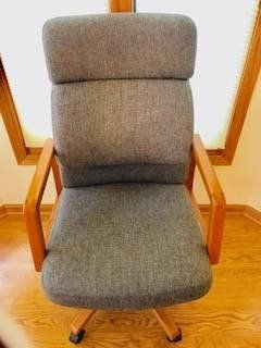 STURDY OFFICE CHAIR