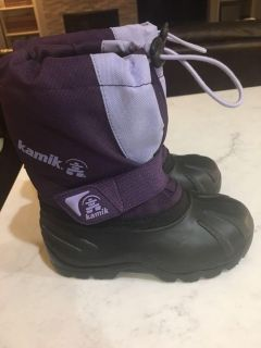 Like new toddler sz 9 Kamik lined winter boots. Only worn once before my dtr outgrew them.