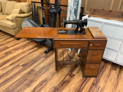 Vintage singer sewing machine & table - Marcus Pointe Thrift Store