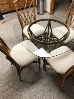 Beautiful glass table with 4 chairs