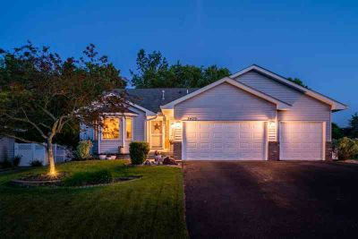 7473 44th Street N OAKDALE Three BR, meticulously cared for home