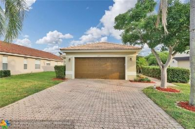 Great deal on this attractive 3/2 + 2 car garage in popular gated community.