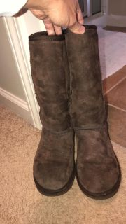 Chocolate brown Uggs size 6 in good condition